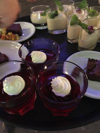 Im Quadrat Restaurant: Himbeer-Götterspeise, Schokoladentörtchen und mehr