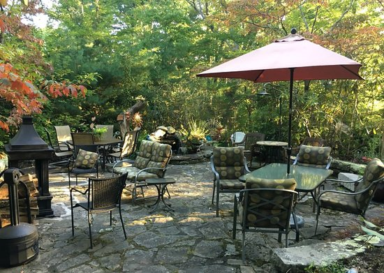 Crooked Oak Mountain Inn: Outdoor patio at the B&B