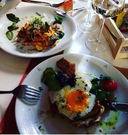 Attika, Griechenland: pancake con bacon e uova