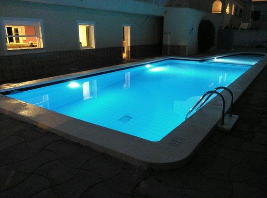 Hotel Madrid: Hotel de trato familiar, a tan solo 10 minutos del centro de la poblacion a pie. Muy tranquilo