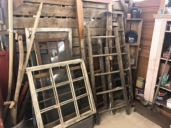 Waterford, Ουισκόνσιν: Booth #50 carry many ladders and windows along with other primitives and rustic items.