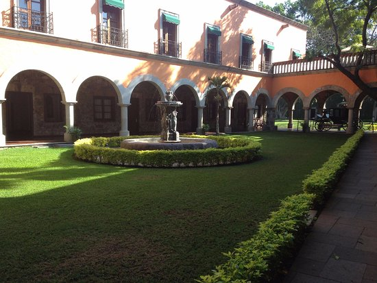 Fiesta Americana Hacienda San Antonio El Puente Cuernavaca: Vista desde el pasillo exterior de la habitación.