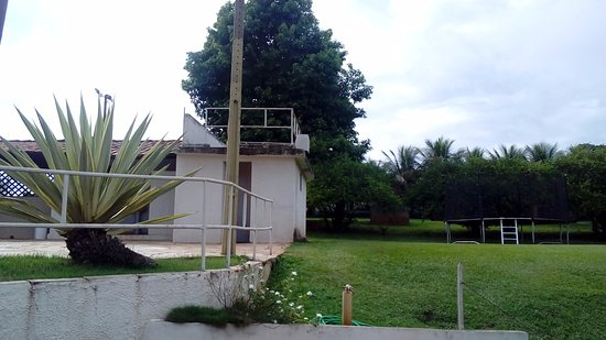 Jaboticabal, SP: No canto esquerdo, está o banheiro da área de piscina, totalmente inutilizável.