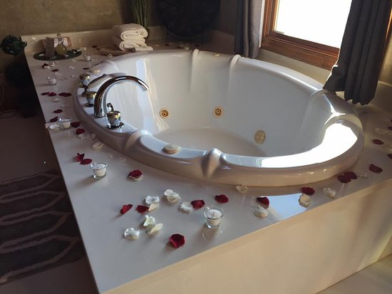 Donna's Premier Lodging: Optional rose petals and candles