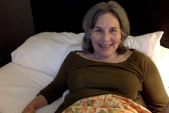 La Quinta Inn & Suites San Antonio Airport: Mom is happy in our room.
