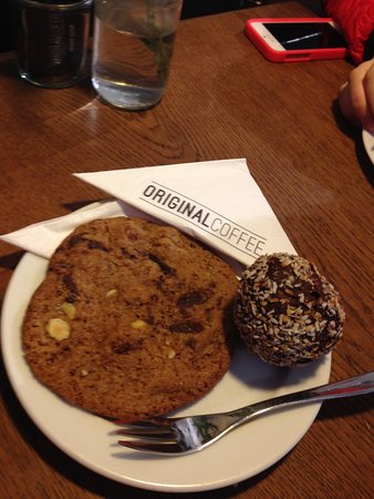 Cookie and chocolate ball with rhum - Picture of Original Coffee