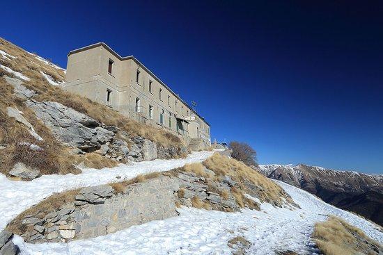 Pigna, Włochy: Visita al rifugio del Grai, quota 1920 con 54 posti letto.