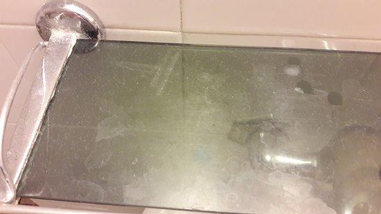 The Jerusalem Hostel: Полочка в ванноф