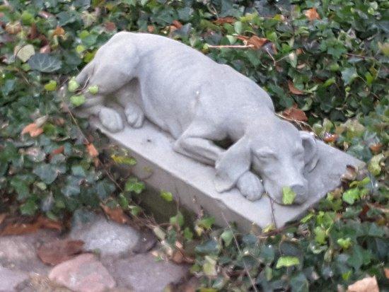 Rzeźba śpiącego wyżła Asa