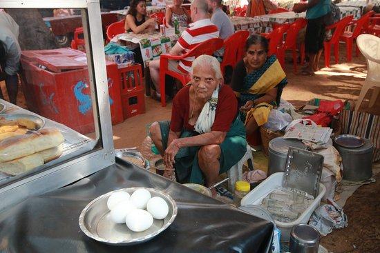 Anjuna, India: Суровая продавщица самосы. Она же ее и лепит. Фото С. Брель