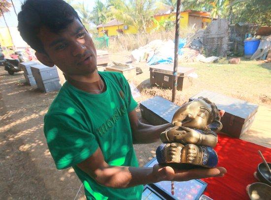 Anjuna, India: За это медное изображение Ганеши просили 7 или 8 тысяч рупий. Торговаться явно можно. Фото С. Бр