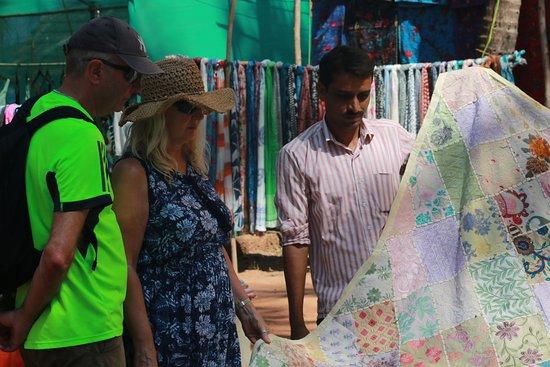 Anjuna, India: Торговец тканями показывает товар лицом, фото С.Брель