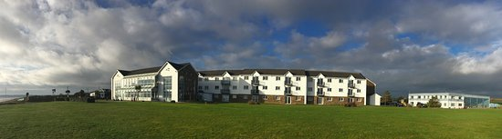 Youghal, Irland: Block facing the sea (LHS-hotel+dining, Middle - apts, RHS-leisure centre)