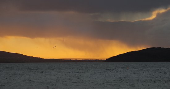 รัทมัลแลน, ไอร์แลนด์: Sunrise looking across Lough Swilly from Rathmullan strand