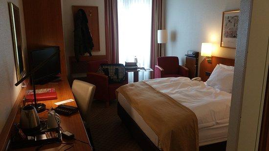 Schlafzimmer von der Zimmertür aus - Bild von Leonardo Hotel ...