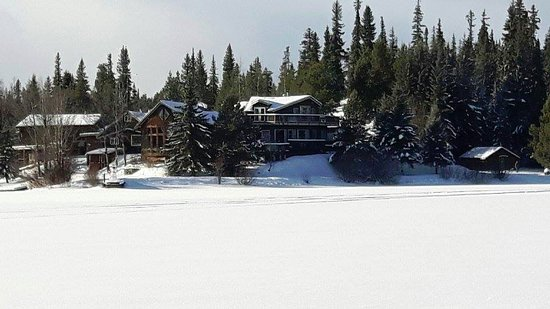 Anahim Lake, Канада: View of Eagle's Nest Resort from the frozen lake.