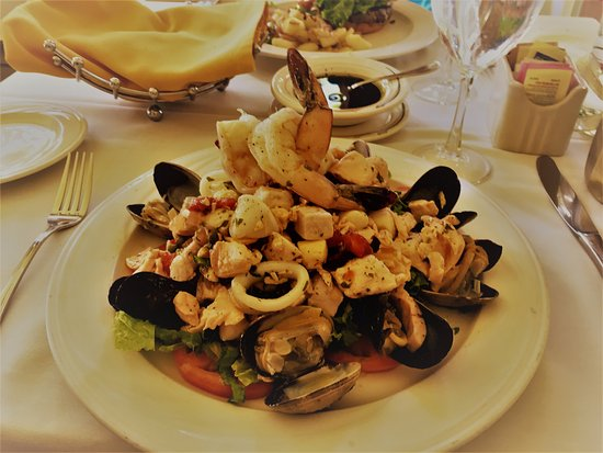Gennaro's Grill & Garden: Prawns, clams,mussels, scallops, assorted fish on bed of lettuce & tomato