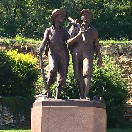Tom and Huck's Statue 사진