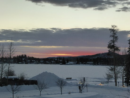 Western Riviera Lakeside Lodging & Events: Sunset on the frozen lake in front of hotel