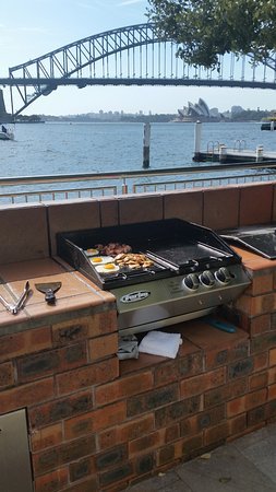 McMahons Point, Australia: breakfast by the pool