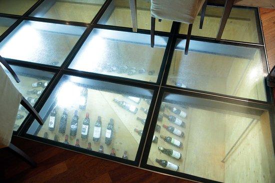 Pomerol : vetrata con bottiglie