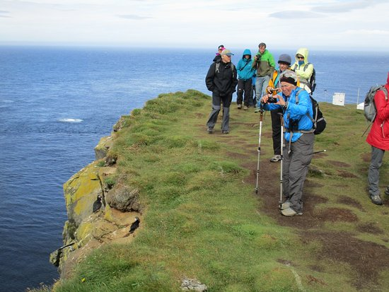Latrabjarg, Islanda: Cliff visitors walk a path near the edge of the cliffs for safety, but it is very close to birds