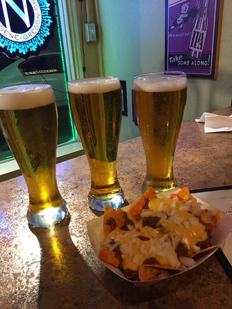 Kent, WA: For bar food, it was great! We tried the Mac and Doritos nachos, Pesto Dog, Seattle Dog, and Mac