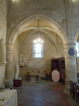 Le Thillay, Франция: Vue de l'entrée vers les fonts baptismaux