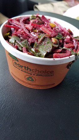 Suffern, État de New York : Beet slaw with goat cheese, arugula and pistachios