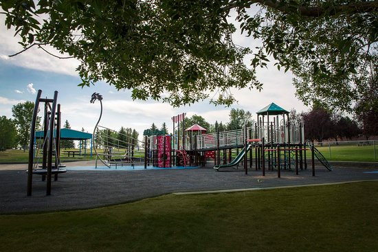 Brooks, Canada : Handicap accessible play structures