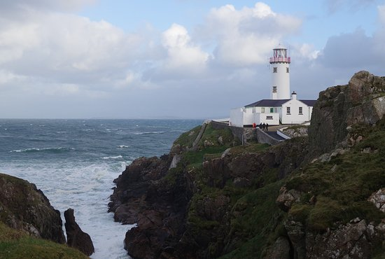Portsalon, Irlanda: Fanad Lighthouse and the breakers on the rocks