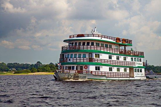 Floating Dock: grandes barcos chegam e partem a todo instante