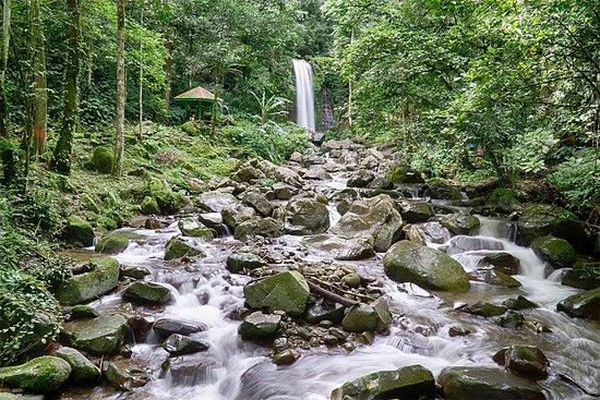 Tambunan, มาเลเซีย: Mahua Waterfall shot taken from the foot bridge.
