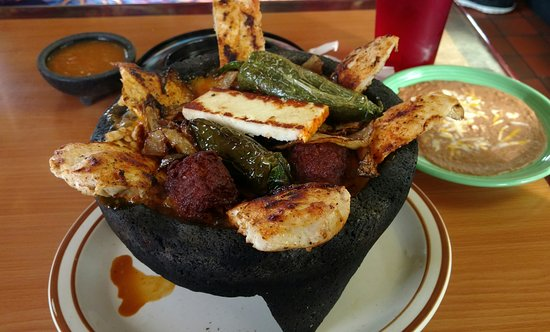 Hemet, Kalifornien: Las Robles serving Amazing Molcajete!!