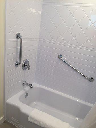 Sleep Woodstock Motel: New Bathtub/showers/grab bars/lots of room for shampoo. Newly Renovated bathrooms (summer 2016)