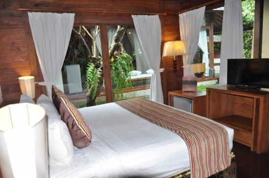 Cepu, Indonesia: Saffron king bed