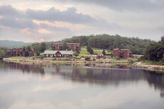Branson West, MO: The last lodge on the right is our FAVORITE lodge to stay in!