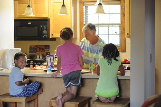 Branson West, MO: The kitchen was perfect for cooking pizzas with Grandma!