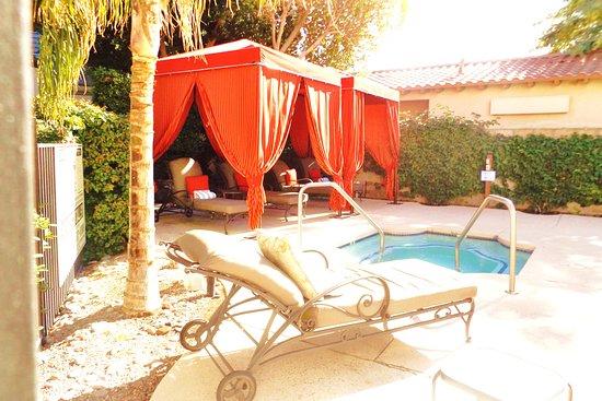 La Quinta, CA: Cabanas @ pool side
