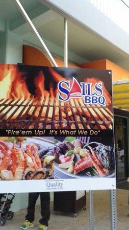 Sails BBQ: 店舗入口看板