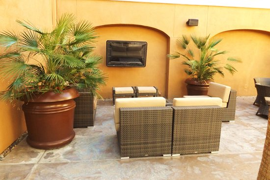 La Quinta, Kalifornien: Seating area with large flat screen