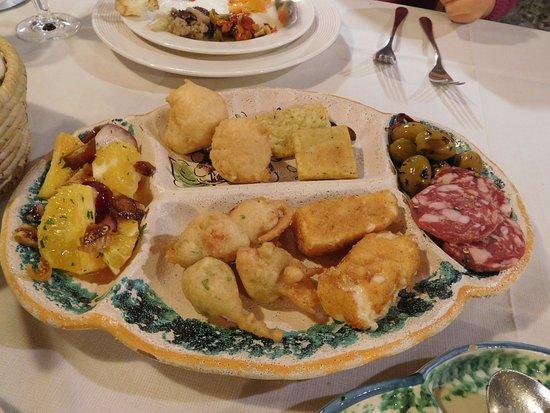 Sant'Alfio, อิตาลี: アンティパスト(前菜)その2:サラミ、チーズの揚げ物、オレンジのサラダ等