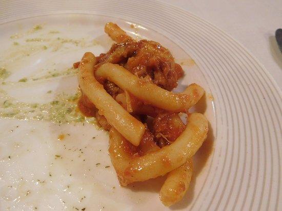 Sant'Alfio, Italia: プリミその3:豚肉ラグーソースのマッケローニ
