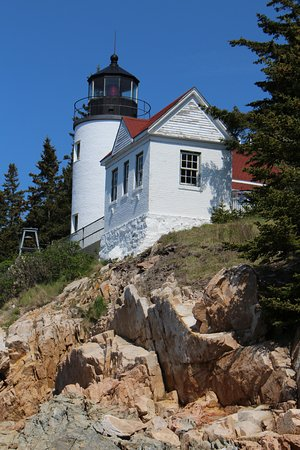Bass Harbor, Μέιν: Beautiful view of the lighthouse from the rocks below.