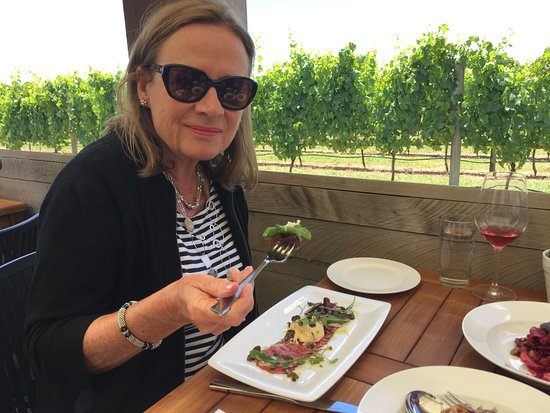 Havelock North, Nueva Zelanda: eating on the deck in the vines