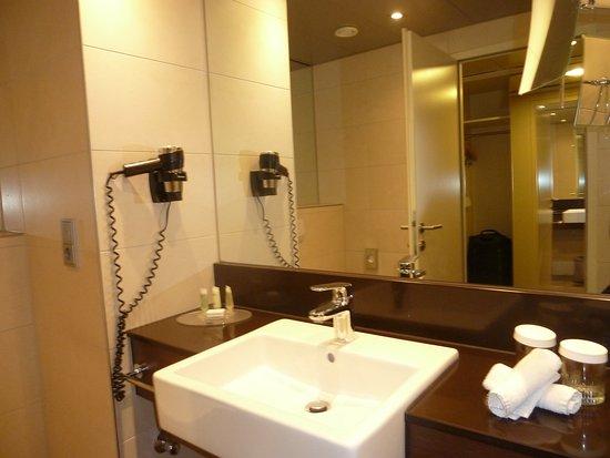 waschbecken spiegel f n bild von courtyard by marriott linz linz tripadvisor. Black Bedroom Furniture Sets. Home Design Ideas