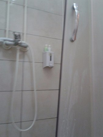 Leskovac, Serbien: hotel Gros, room 35 - the broken shower cabin in the bathroom