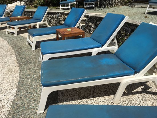 Blue Point Bay Villas & Spa: Sun loungers desperately needing replacing