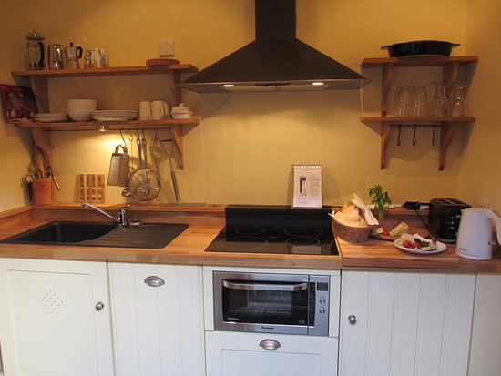 Cranbrook, UK: Hop Bine Studio Kitchen, Four ring cooker,Dishwasher and combi oven. No washing machine!