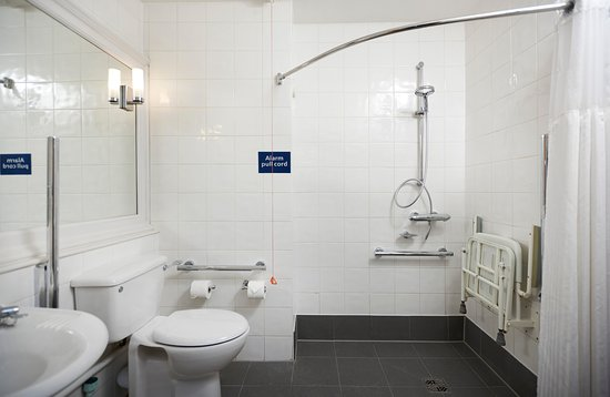 DoubleTree by Hilton Coventry: Accessible Bathroom